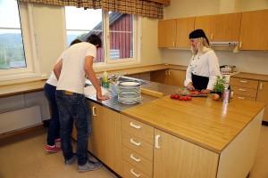 Et tidligere skolekjøkken med kjølerom, kjøleskap, oppvaskmaskin, vaskemaskin, store arbeidsområder, flere vasker og fem komfyrer er svært godt egnet for næringsmiddel-drift eller annen matlaging.